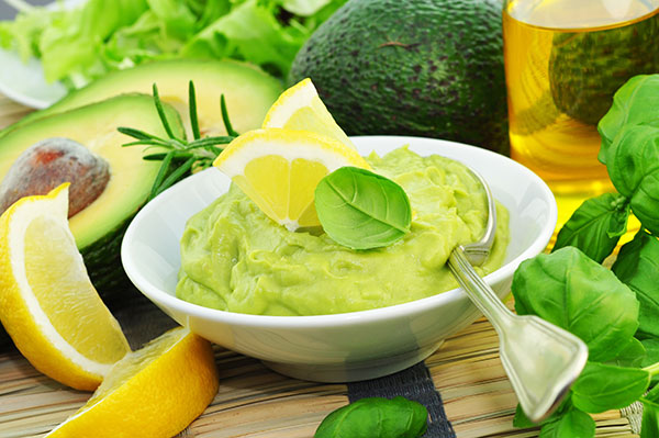 Aguacate triturado acompañado de un chorrito de AOVE, un toque de limón exprimido y finas hierbas