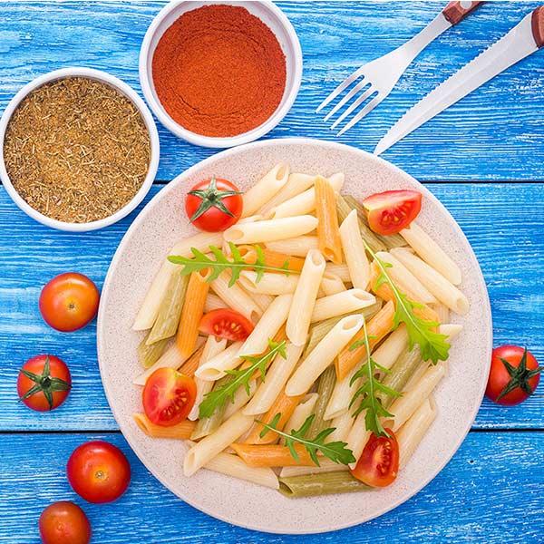 Ensalada de macarrones con tomate natural, AOVE y rúcula