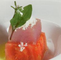 Corazón de tomate con fiambre de atún