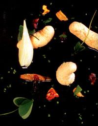 Huevas de merluza con cebolleta tierna y boliches
