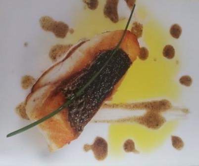 Lubina con mayonesa de ajo y cebolla